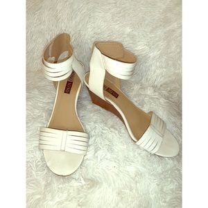 XOXO white wedges